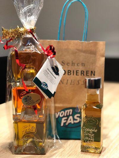 VomFass Öl Whisky Present Geschenk Stapelflaschen Singlemalt Speyside Chili  Sesam Schwarzkümmelöl Oil Whisky Vomfass Bottle Label Indoors  No People