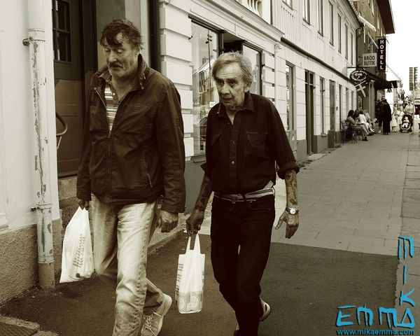Going for an drink. Saw these 2 carring bags from the liquorstore. Booze Alcohol Streetphotography Blackandwhite Bw