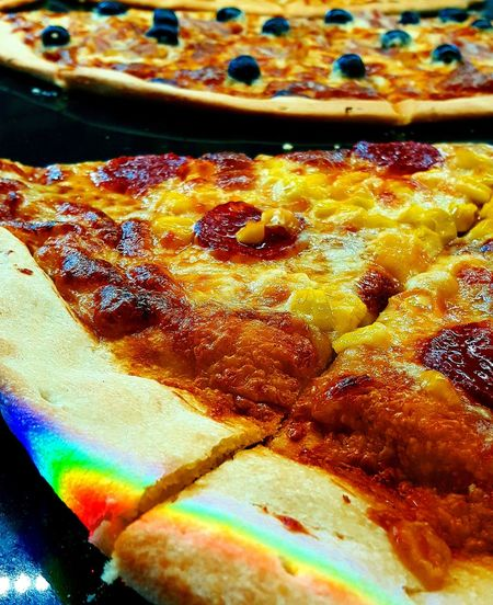 When the sun hit's the glass, the glass hit's the pizza, and the pizza hit your eyes ! 🌈 First Eyeem Photo Gastronomy Pizza Food Streetfood Eat Italy