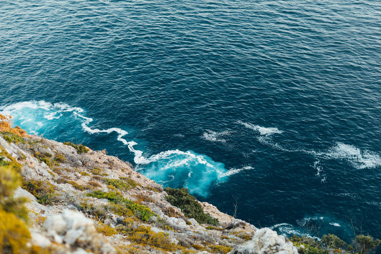 Blue atlantic ocean in cabo espichel, portugal