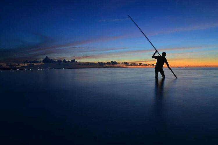 Ngilngof Pantai Pasirpanjangbeach Ngurbloat Full Length Sunset Standing Water Blue Rural Scene Silhouette Fisherman Fishing Nautical Vessel