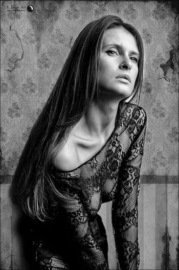 Эти старые обои, нас в хрущевке двое... B&W Portrait Vscocam Russia Model EyeEm Bnw Beautiful Girl Portrait портрет красивыедевушки Lexinart