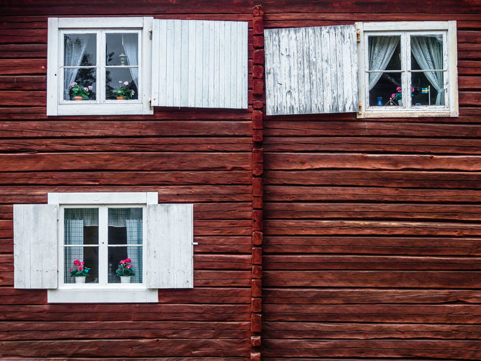 flat view of windows in log house EyeEmNewHere Window Architecture Built Structure Building Exterior House Building Wood - Material Residential District Day No People Outdoors Glass - Material Closed Wall - Building Feature Façade Wood Wall Staircase Cottage Window Frame Copy Space
