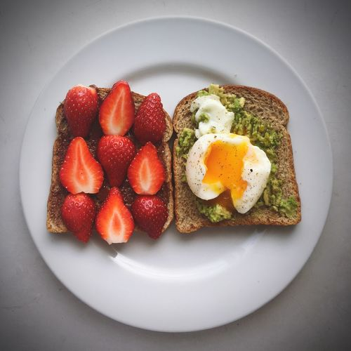 Strawberry Chocolate Avocado Poached Eggs  Toastbread Healthy Eating Freshness Breakfast My Kind Of Day Food Porn Food Porn Awards EyeEm Best Shots