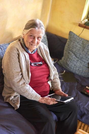Aged Woman Tablet Woman Aged Aging Communication Communication Device Elderly Woman Grandmother Mobile Device Modern Communication Senior Senior Woman Using Mobile Device Using Tablet