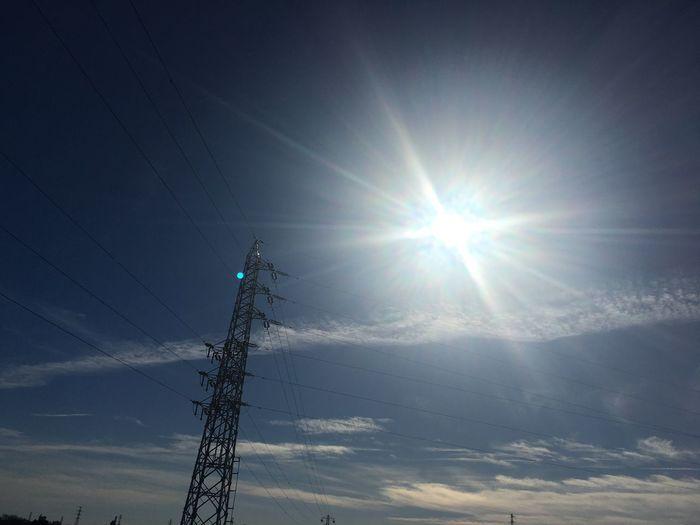 今日は飛行機雲が凄い!!遅くなりましたが、今年もよろしくお願いします(*^^*) 飛行機雲 太陽 鉄塔 Sun Sunlight Connection Sunbeam Low Angle View Lens Flare Outdoors