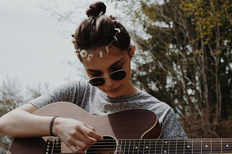 Nature Plucking An Instrument Guitar Musician Musical Instrument Music Playing Arts Culture And Entertainment Rock Music Casual Clothing Guitarist Singer  Classical Guitar Singing Acoustic Guitar Acoustic Music Street Musician The Portraitist - 2018 EyeEm Awards