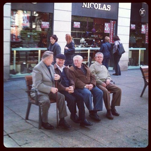 Abuelos disfrutando del ambiente navideño del paseo de Almería