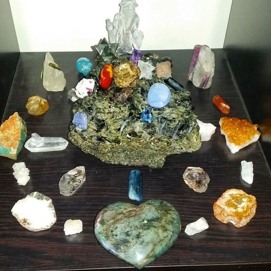 """I call this Grid """"the Catchers Mit"""" Enabling you to catch all of life's curve balls with ease! Crystalhealing CrystalLove Crystalpower Crystalgrid crystalenergy crystalporn somanycrystals crystals toomanytoname merlin"""