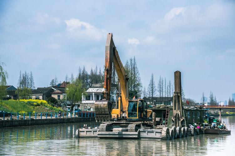 停在水面上的一艘建筑施工船