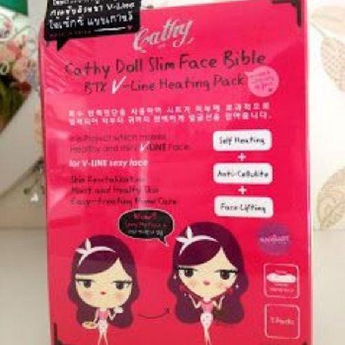 CATYDOLL FACE SLIM BIBLE 1 Box ( 3pcs) Cathy Doll Face Slim Bible : BTX V-Line : Merupaan Patch pemanasan unt menjadikan muka langsing , Mengurangkan Lemak & Selulit malah akan kelihatan tirus. Ia juga dapat menghilangkan masalah Chin yg lendut serta rahang yg besar.(Kulit bermasalah lebih kukuh & Tidak akan menjejaskan muka) Cathy Doll Face Slim Bible : BTX V-Line : Tanpa suntikan botox, pek ini akan membantu menyingkirkan kadar kedutan di bawah dagu iaitu V-Line & akan kembali tirus seperti gadis Korea. Dengan Ekstrak Protien iaitu Ekstrak Hedera Helix (Ivy), ianya akan memecahkan selulit & juga mengantikan nutrian sel-sel kulit yg baru.Sayajual Iklanig Visitmyig Visitig cathydollglutaskincare