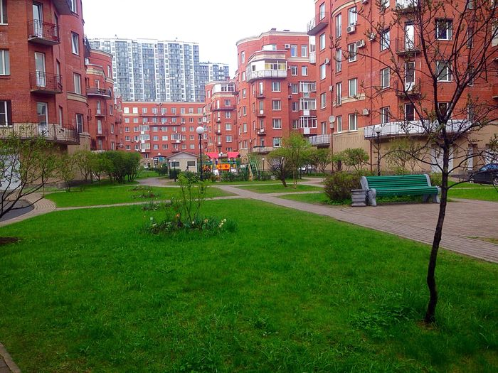 Санкт-Петербург архитектура Архитектура Питера Built Structure Grass Building Exterior Architecture City Green Color Lawn Mode Of Transport Growth Outdoors Sky Day Office Building Park Grassland Grass Area No People Surface Level City Life Grassy
