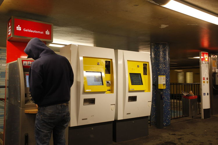 Kunde am Geldautomaten im Bahnhof Cashpoint Machine Communication Day Indoors  Men One Person Pay Phone People Public Transportation Real People Standing Subway Station Telephone Booth Ticket Machines U Bahnhof