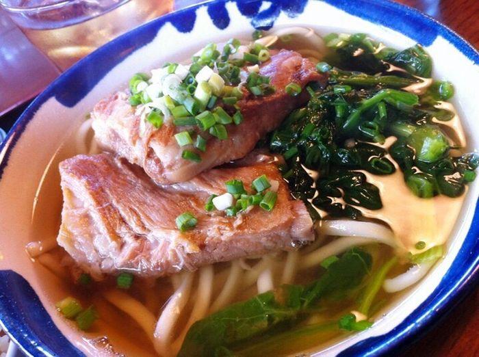 本ソーキそば 。いわゆる豚の硬い骨のついたあばら肉を出汁にしつつ煮込んだものをトッピングした、沖縄そば。宮古島のそばは結構あっさりしている。 Food Noodles Ready-to-eat Meat Meal Eyeemfood Eyeemnoodles Yammy!!  宮古そば 沖縄ソバ そば 宮古島 Miyakojima