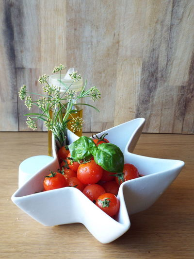 Close-up of fresh salad in bowl on table