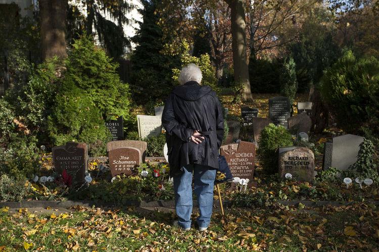 Berlin Cemetery Deceased Grave Graveyard Loneliness Long For Longing Memorial Neukölln Nostalgia Old Lady Real People Solitude St. Jacobi Gemeinde Friedhof Berlin Widow Wife