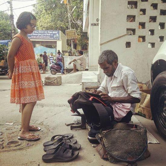An Indian girl gets her school bag mended by a cobbler In Humayunpur, New Delhi, India. Everydayeverywhere Dailylife Photojournalism Journalism Indiaphotoproject Reportagespotlight _soi Dfordelhi Sodelhi DelhiGram Delhi Newdelhi ASIA India