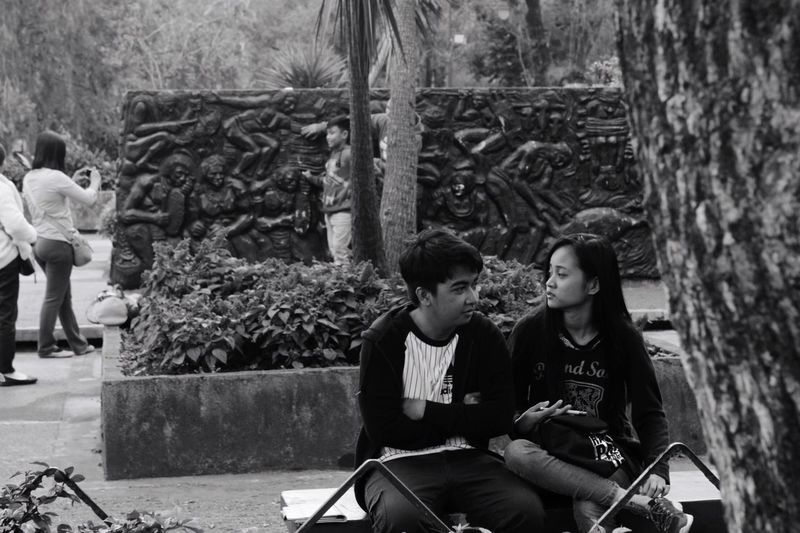 Lovers? 😂💔🖤 Casual Clothing Two People Young Adult Sitting Lifestyles Tree Streetphotography Candid Portraits Portaiture Blackandwhite Blackandwhite Photography
