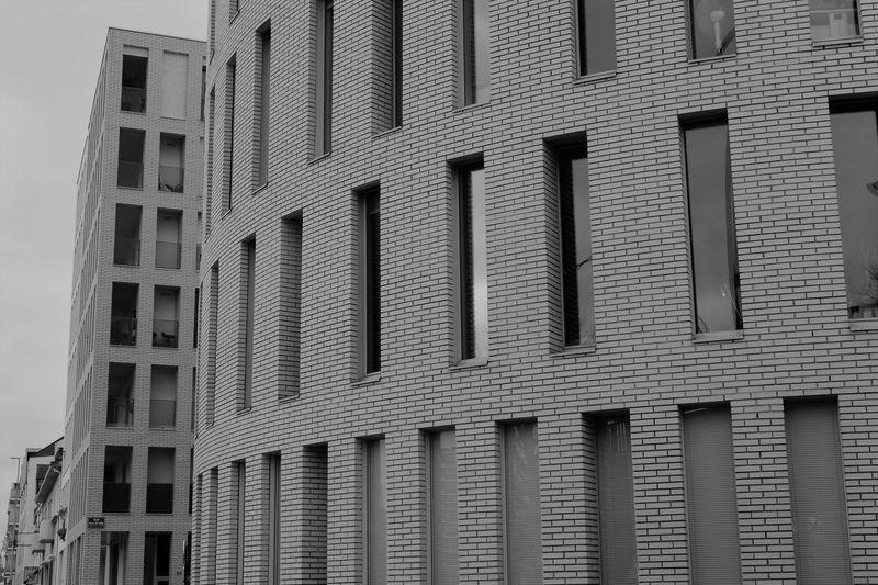 Architecture Bricks Briques Briques Blanches Building Exterior City Fenêtres Low Angle View Outdoors White Bricks Windows