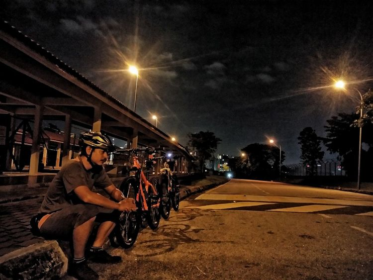 Night ride 😎 Night Illuminated Street Light Sitting Sky Adult Young Adult Outdoors People Real People City Men Only Men Leisure Activity Sport Cool Pic Fotofon Moment In Time MomentsToRemember Moment Of Silence Ride A Bike  Paint The Town Yellow EyeEmNewHere Ride A Bike  Outdoors, Outside, Open-air, Air, Fresh, Fresh Air, Second Acts