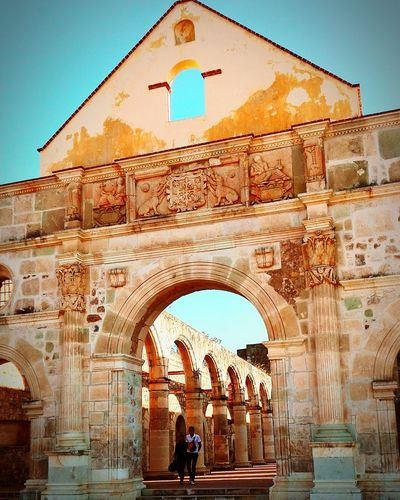Arch Architecture Built Structure History Clear Sky Real People Outdoors Two People Travel Destinations Building Exterior People Clock Triumphal Arch Adult Adults Only Cuilapam De Guerrero Ex Convento Cuilapam Iglesia Al Aire Libre EyeEmNewHere