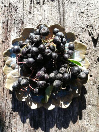 Aroniabeeren Aronia Berries Aroniaberries Apfelbeeren Shadow Sunlight High Angle View Close-up Wooden