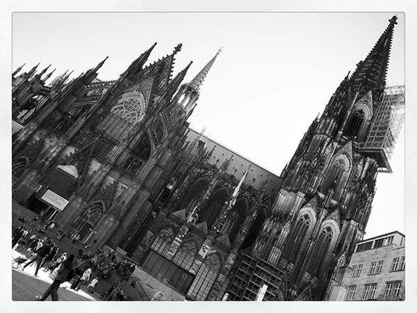 Home is where the Dom is. 😇 💞 Home Heimat Dom Kolle Igers IGDaily Ig_cologne Domcaptures Weltkulturerbe Koelnergram Sightseeing Mustsee Blackandwhite POTD Thursday Hbf Centralstation Kölnerdom