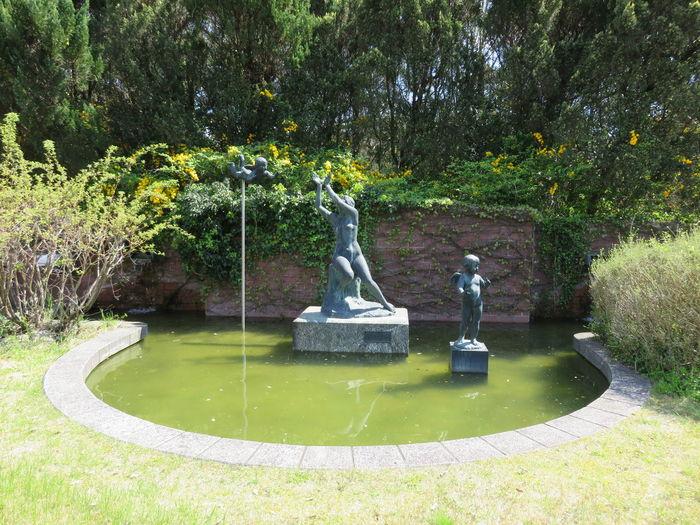 天使 ブロンズ像 風景 植物 みどり 自然 Beauty In Nature Day Fountain Grass Growth Nature No People Outdoors Park - Man Made Space Sculpture Statue Tree Water Branch