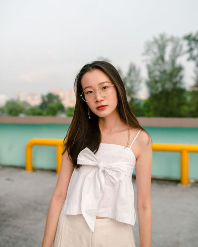 Natural Beauty Spectacles Vintage Vintage Glasses Portrait Of A Woman Portrait Photography portrait of a friend Looking At Camera Portrait Young Women Looking At Camera Long Hair Sky Sleeveless  Wavy Hair Hair