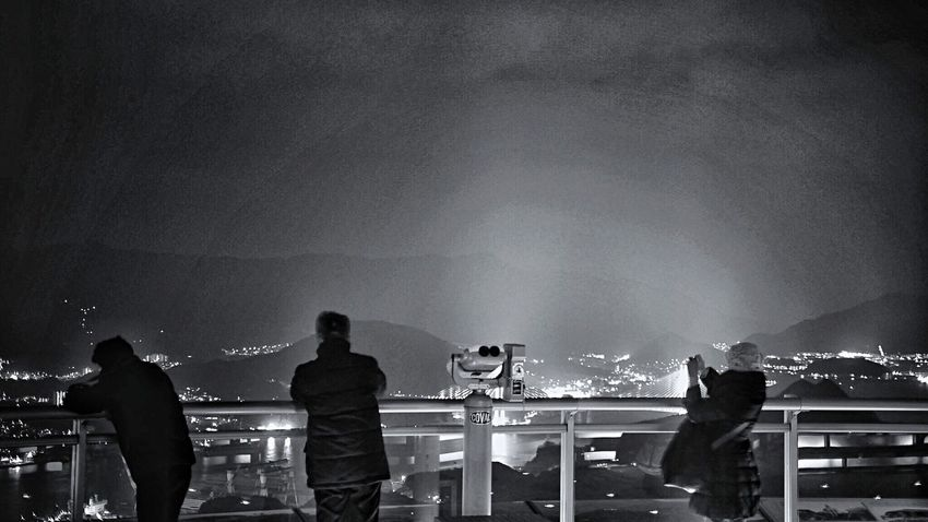 Light Wave with Real People On the Observatory platform Mt.Inasayama, Nagasaki : Monochromatic Night Photography Black And White Photography Sihouettes / Panasonic Lumix GX1 LEICA D SUMMILUX 25mm 50mm F/1.4 Handheld Photos( iPod touch 6G ) 16:9 Crop Snapseed_HDR + Colorsplash edit plus Landscape_photography Candid Photography StillLifePhotography 長崎市 稲佐山展望台 Adapted To The City de Good evening