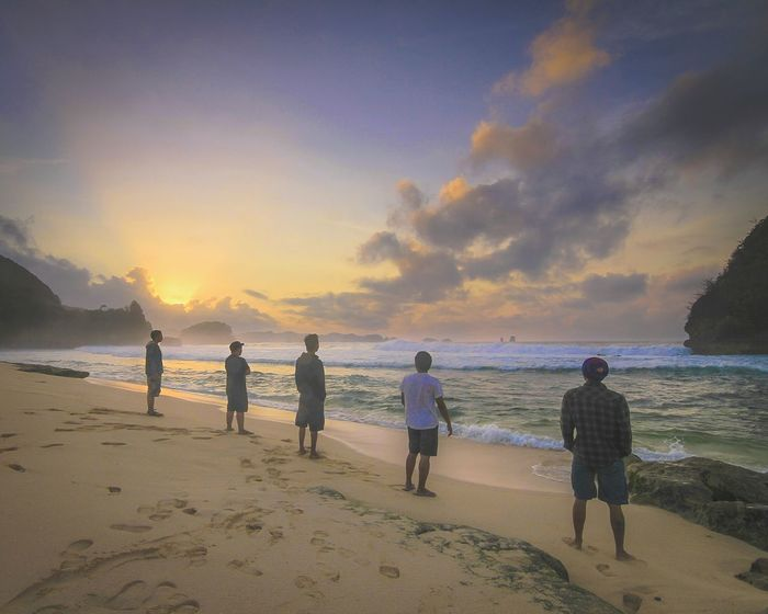 What I Value in the morning mist, and stand up with friends for the Sunrise . What a view. Sun Morning Sky Landscape Beach Friends Bandofbrothers