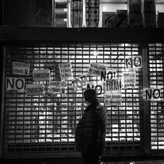 """Escaparate tras """"Cacerolada"""" en contra de la corrupción frente a sede del Partido Popular en la Calle Génova de Madrid. Photojournalism Photopress Rommanski Madrid Spain Documentary Photojournalist Press Press Photography Demonstration Protest"""