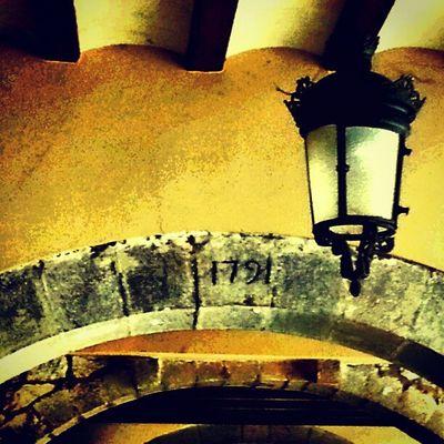 Sota les Voltes ens perdem petits detalls.. Igersgirona Incostabrava Girona10 Instagirona @costabravapirineu
