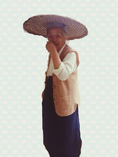 今天奶奶戴了一顶很神奇的帽子,我说奶奶来拍个照,她超级害羞把帽子摘了,又被我哄着戴上去,然后拍的时候她又不笑,说牙齿都要掉光了笑起来不好看,可我觉得她很好看,和家里开的花儿一样好看。