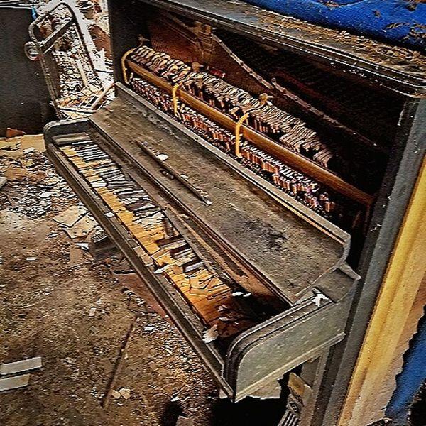 Lieblingsteil Piano Old Piano Musical Instrument Dilapidated Ruined EyeEm Best Shots EyeEm Gallery EyeEm Best Edits Fine Art Photograhy