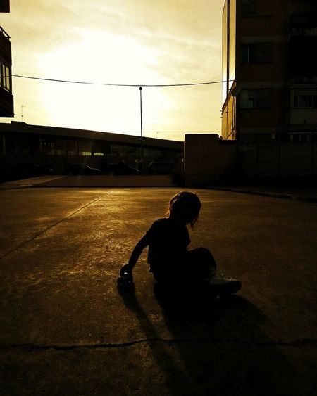 Atardeceres de ciudad #luces #colores #summer #verano #Colores #atardecer #baby #sun #City Silhouette One Person Sunset Childhood Sunlight Children Only Shadow
