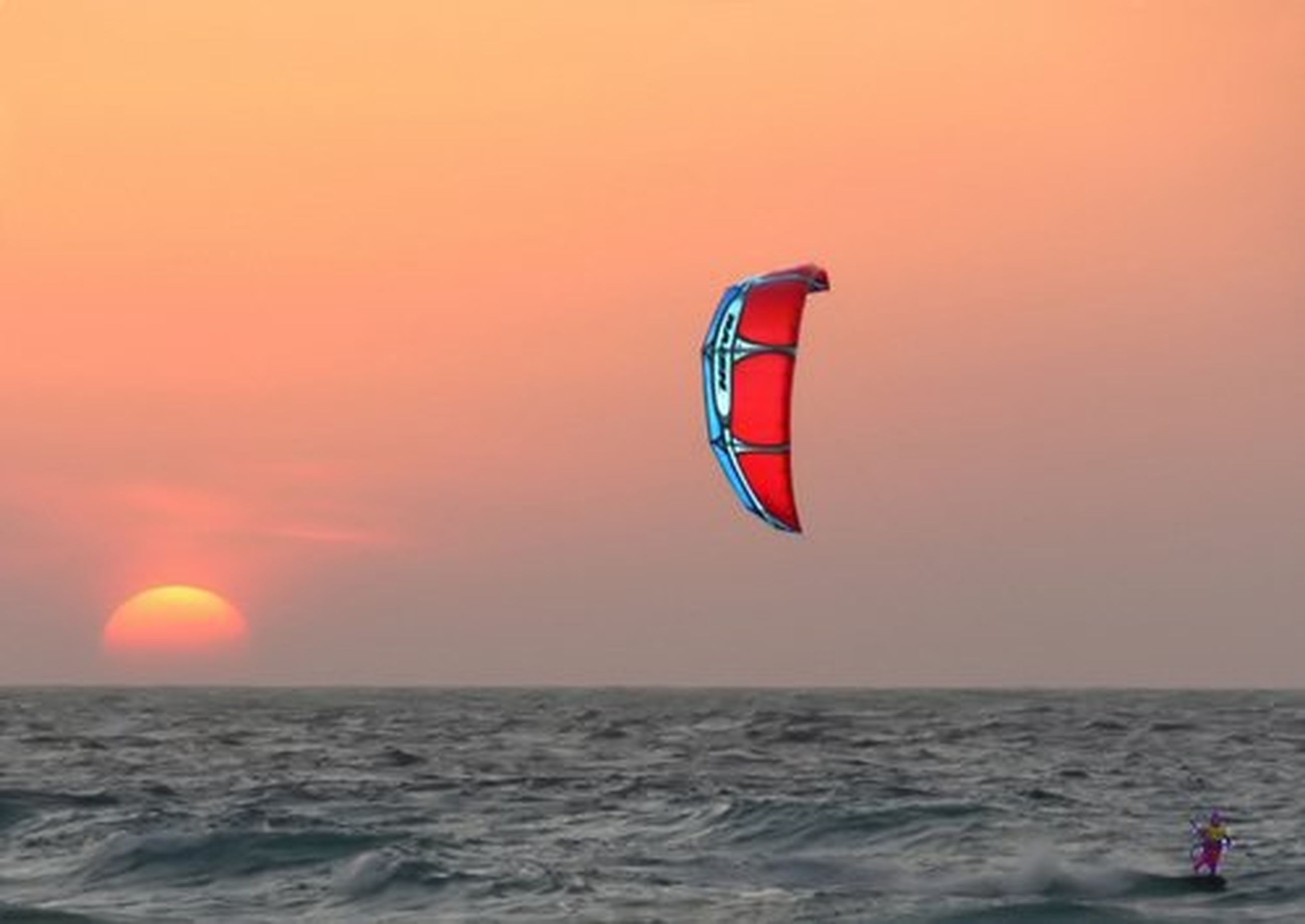 sea, horizon over water, sunset, water, scenics, orange color, beauty in nature, waterfront, tranquil scene, tranquility, sun, nature, idyllic, sky, beach, parachute, rippled, vacations, adventure, flying