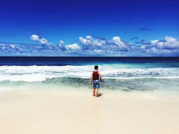 碧蓝的天空,洁净的海水,还有这敦实的腰线