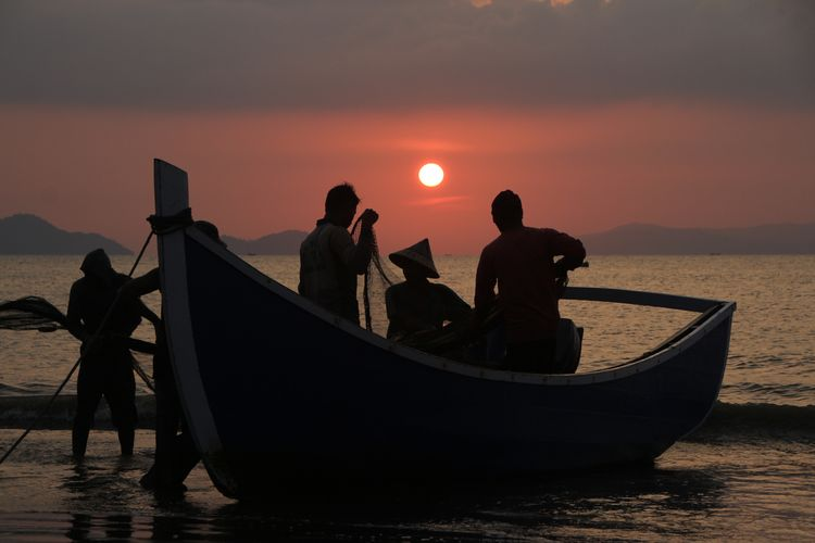 the Fisherman Photography INDONESIA Aceh Fishing Fish Fisherman Aceh Culture Nautical Vessel Water Sea Sunset Silhouette Men Standing Tide Surf Gondola - Traditional Boat Rushing Sand Beach Coast Shore Horizon Over Water Wave St. Mark's Square Mooring Post Veneto Venetian Lagoon Venice - Italy Grand Canal - Venice
