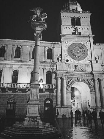 Il leone e l'orologio Monuments Square Clocks Astrology Historical Building Urban Photography Night Blackandwhite Black & White Nightphotography