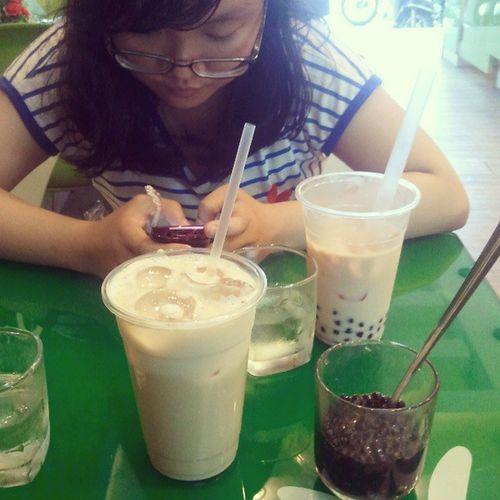 With cousin ^^ 2 đứa tuôi đi mừng lễ Thiếu Nhi dzới nhaooooo :3 mãi mãi 1 t.y với trà sữa vani ở đây =)))))))