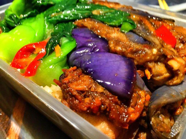 イオンオチャードで買ったご飯に煮豚と野菜の乗った弁当 8.8ドル