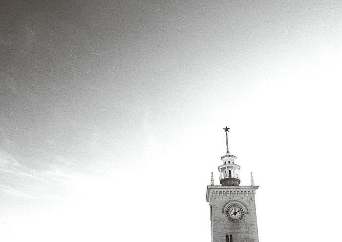 Я немного колеблюсь в чувствах к этому фото. Смотря на него, мои мысли будто расстворяються и я чувствую свободный ветер в груди. Словно жду поезд, чтобы начать путешествие. Watch The Clock Train Traveling Sky B&w Photography Streetphotography Streetphoto_bw Blackandwhite Freedom Arhitecture