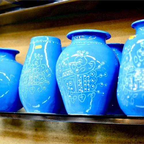 ビン Blue Indoors  No People Still Life Ceramics Table Art And Craft Close-up Pottery Container Design Craft Pattern Vase Side By Side Arrangement Focus On Foreground Retail  Group Of Objects Creativity