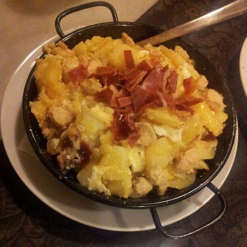 Patatas a lo pobre con jamón y foie Food