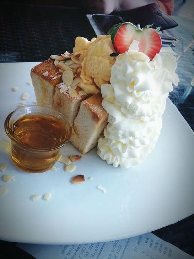 Oh la la honey toast thank you sis^^ Honeytoast Strowberry Relaxing Myhappiness💘 Enjoying Life EatOut