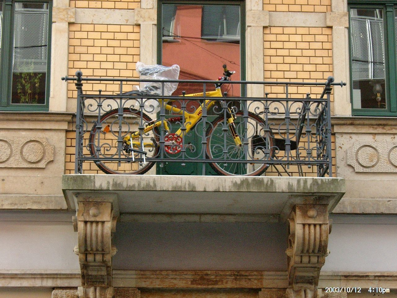 building exterior, architecture, built structure, outdoors, bicycle, day, house, residential building, no people, window, city