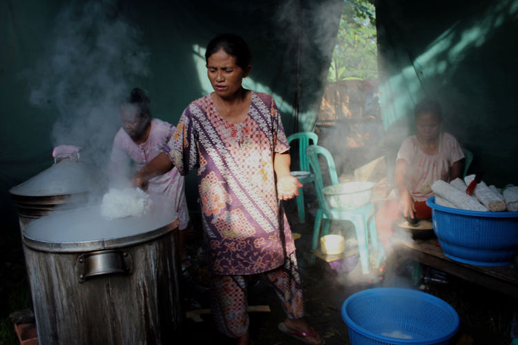 """Ngedang sego"" is javanese language for ""Cooking rice"" EyeEm Selects Steam Water Stirring Smoke - Physical Structure Fog Condensation Street Food Spatula EyeEmNewHere The Street Photographer - 2018 EyeEm Awards The Portraitist - 2018 EyeEm Awards Human Connection Capture Tomorrow"