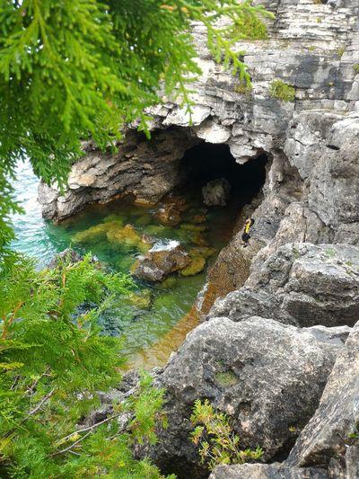 La grotta Caverna  Gruta Agua Lake Lago Canada Canada Coast To Coast Canada Photos National Park Bruce Peninsula Park Bruce Peninsula Grotta Water Tree Forest Rock - Object Grass Green Color Rock Formation