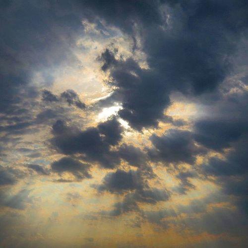 ماه من ، غصه چرا ؟! آسمان را بنگر ، که هنوز، بعد صدها شب و روز مثل آن روز نخست گرم وآبی و پر از مهر ، به ما می خندد ! یا زمینی را که، دلش ازسردی شب های خزان نه شکست و نه گرفت ! بلکه از عاطفه لبریز شد و نفسی از سر امید کشید ودر آغاز بهار ، دشتی از یاس سپید زیر پاهامان ریخت ، تا بگوید که هنوز، پر امنیت احساس خداست ! ماه من غصه چرا !؟! تو مرا داری و من هر شب و روز ، آرزویم ، همه خوشبختی توست ! ماه من ! دل به غم دادن و از یاس سخن ها گفتن کارآن هایی نیست ، که خدا را دارند ... ماه من ! غم و اندوه ، اگر هم روزی، مثل باران بارید یا دل شیشه ای ات ، از لب پنجره عشق ، زمین خورد و شکست، با نگاهت به خدا ، چتر شادی وا کن وبگو با دل خود ، که خدا هست ، خدا هست ؛خدا هست هنوز! او همانی است که در تار ترین لحظه شب، راه نورانی امید نشانم می داد ... او همانی است که هر لحظه دلش می خواهد ، همه زندگی ام ، غرق شادی باشد .... ماه من ! غصه اگر هست ! بگو تا باشد ! معنی خوشبختی ، بودن اندوه است ...! این همه غصه و غم ، این همه شادی و شور چه بخواهی و چه نه ! میوه یک باغند همه را با هم و با عشق بچین ... ولی از یاد مبر، پشت هرکوه بلند ، سبزه زاری است پر از یاد خدا و در آن باز کسی می خواند ، که خدا هست ، خدا هست و چرا غصه ؟ چرا !؟! آسمون بابلسر خدا نور پرتو Milad_rze The text of my dear friend Shomalpic